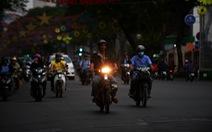 8g sáng trời vẫn tối, người Sài Gòn phải bật đèn chạy xe