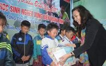 Tặng quà Tết cho học sinh vùng biển Quảng Bình