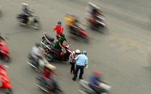 Một người té xe trên đường Sài Gòn, chục người ra đỡ