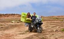 Cưới xong lái xe máy chu du khắp thế gian