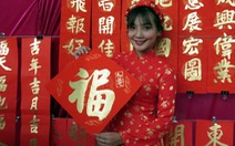 Thư pháp gia người Hoa viết chữ từ thiện mùa Tết Nguyên đán