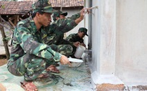Bộ đội sửa nhà giúp dân đón tết