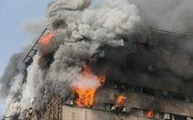 Tòa nhà cao tầng ở Iran đổ sập, hàng chục lính cứu hỏa bị thương