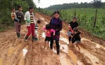 Quảng Bình: cô trò lội bùn đến lớp