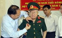 Trao huy hiệu 70 năm tuổi Đảng đến ông Nguyễn Xuân Ôn