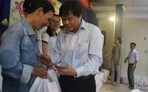 Trao 200 phần quà của báo Tuổi Trẻ đến người dân Q.Tân Bình