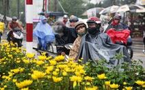 Dân bán hoa tết Huế khóc cùng mưa lạnh