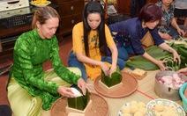 Tổng lãnh sự Mỹ học gói bánh chưng cùng á hậu Trịnh Kim Chi