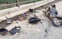 Xe tải tông xe máy giữa cầu, 2 người trong gia đình tử vong