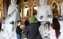 Vô tư sờ tượng thần, Phật, ném tiền lẻ ở chùa Bái Đính