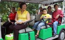Lên xe điện đi vòng quanh Sài Gòn ngắm cảnh, hóng mát