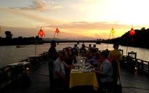 Du xuân sông Hương trên ngự thuyền