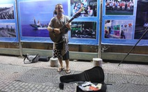 Chàng trai Tây hát rong ở Sài Gòn kiếm tiền du lịch