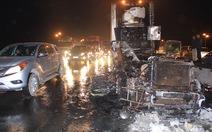 Xe container bốc cháy trên cầu Thanh Trì