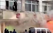 Tiệm mátxa Trung Quốc cháy ngùn ngụt, 18 người chết