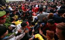 Chen lấn, giành giật: Do thói quen, không phải do lễ hội?