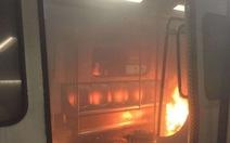 Đoàn tàu ở Hong Kong bị ném bom xăng, 15 người bị thương