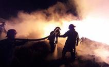 Cháy bãi phế liệu trong đêm, khu dân cư náo loạn