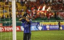 Cầu thủ Long An ngưng thi đấu để phản ứng trọng tài