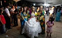 Ngắm áo cưới cô dâu, biết truyền thống vùng miền