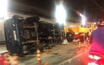 Xe tải nổ lốp lật ngang trong đường hầm sông Sài Gòn