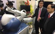 Robot giúp thay khớp gối, hai giờ sau có thể tập đi