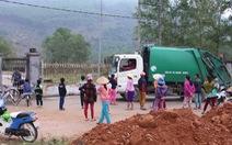 Bị dân chặn xe, hơn 100 tấn rác tồn đọng