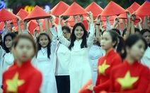 Hàng ngàn tà áo dài học trò ngập phốđi bộ Nguyễn Huệ