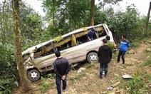 Xe khách lao xuống vực: tài xế không làm chủ tốc độ