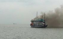 Cháy tàu du lịch trong đêm