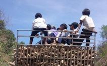 Học sinh về nhà trên xe tải chở củ mì