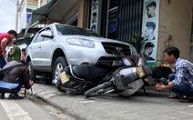 Ôtô lao vỉa hè, 2 người bị thương, 6 xe máy hư hỏng