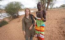 Cô gái du lịch châu Phi bằng cách đi nhờ xe