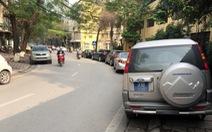 Hà Nội thiếu bãi, xe tràn ra đường