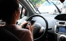 Lái xe dùng điện thoại, sụp ổ gà bay vào lề đường