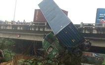 Tai nạn liên hoàn, container treo lơ lửng trên cầu Thanh Trì