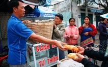 Bán đậu phộng dạo mua bánh mì cho người nghèo