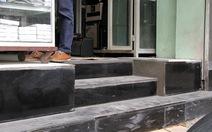 Hà Nội: Khắc phục đi lại, dân làm bậc tam cấp trong nhà