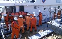 Cứu 2 ngư dân bị bệnh trên vùng biển Hoàng Sa