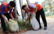 Người Nhật nhặt rác cùng thanh niên Việt Nam
