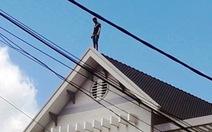 Hàng chục cảnh sát giải cứu thanh niên 'làm xiếc' trên mái nhà