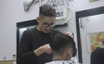 Chàng trai khiếm thính làm ông chủ tiệm cắt tóc