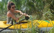 Bơi thuyền kayak vớt rác sông Hoài