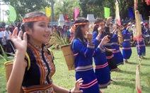 Xem biểu diễn cồng chiêng, múa xoang bên dòng sông Đăk Bla
