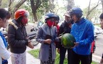 Bạn trẻ Huế bán dưa hấu giúp dân Quảng Ngãi