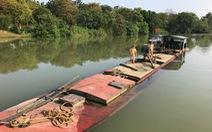 Bắt 3 sà lan chở cát trên sông Hương