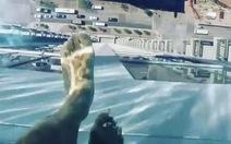 Thót tim 'dạo' hồ bơi đáy kính trên tầng 42 cao ốc
