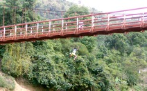 Thót tim videohọc sinh nhảy cầu treo hàng chục mét tắm sông