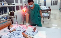 Bé trai 32 tháng tuổi bị tàu lửa cán đứt lìa cẳng chân