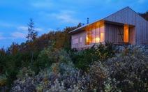 Ngôi nhà gỗ đẹp lãng mạn trên đồi cỏ hoa